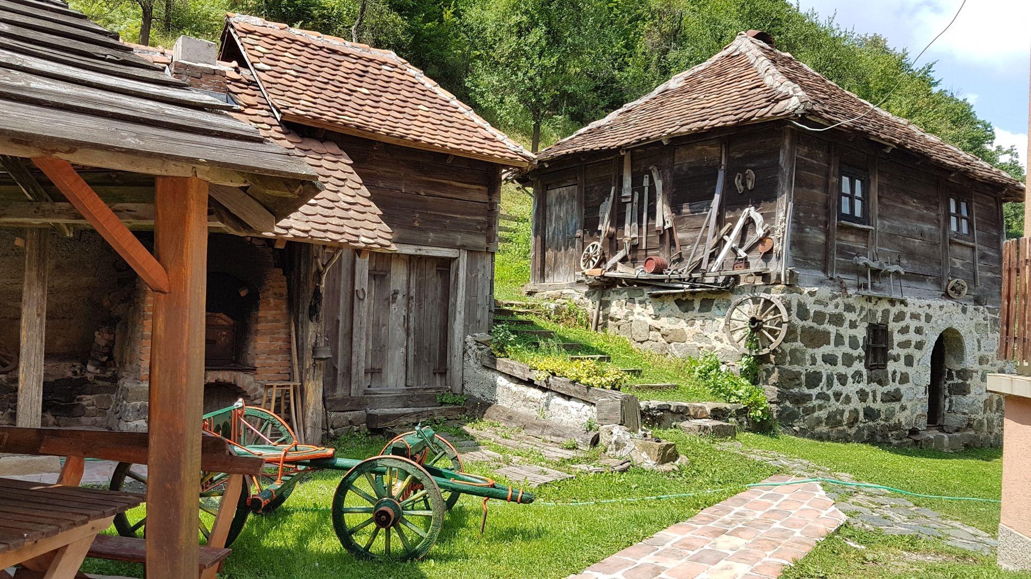 Stara kuća sa kamenim prizmljem u kojoj se nalazi pravi mali etno muzej